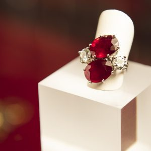 Nerdi orafi Incisori - Anello contrariè con rubini e brillanti in oro bianco 18 carati