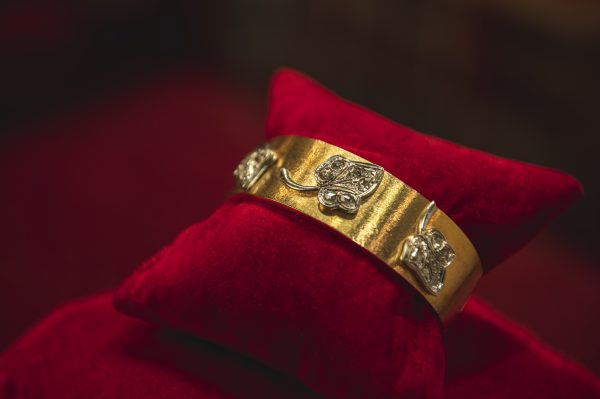 Nerdi Orafi Incisori - Bracciale in oro giallo con decorazione setata e foglie in oro bianco e diamanti