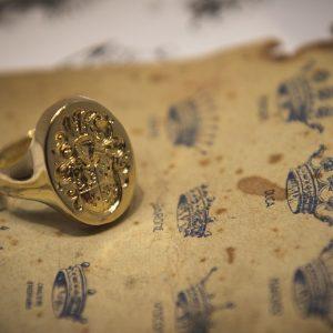 Nerdi Orafi Incisori - Anello a sigillo con stemma araldico inciso a bulino, in oro giallo 18 carati