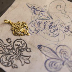 Nerdi Orafi Incisori - Pendente giglio inciso a bulino, in oro giallo 18 carati